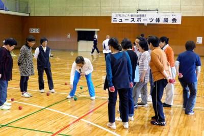 岡山県ペタンク連盟によるペタンク教室、ルールなどの説明に真剣な表情。子供たちも興味津々で体験