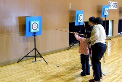 スポーツ吹き矢教室、岡山県スポーツ吹き矢協会の指導で一連の基本動作を学び、いざ挑戦。初めて体験する幼児