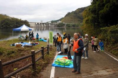 田沢川ダム湖畔で一般を対象としたダム遊覧やカヌー体験教室を開催した