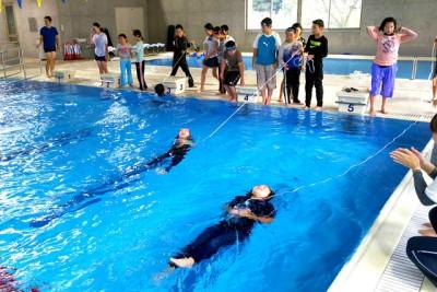 着衣泳体験は浮き方、救助法などをして水難事故に備えた