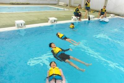 保護者が体験中、待ち時間にライフジャケット浮遊体験