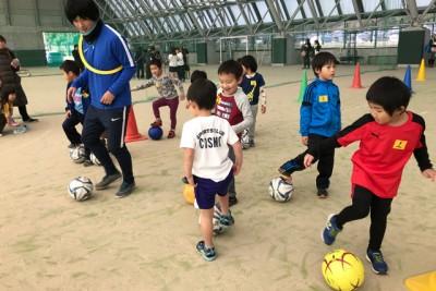 サッカー、ボールコントロールを習得するドリル練習。遊び感覚でできる楽しい練習