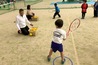 テニス、ラケットで風船を打ったり、スポンジボールで返球の体験