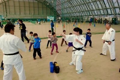 少林寺拳法、合掌や結手から始まり、突きや蹴りなどの基本を通して少林寺拳法を体験
