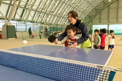卓球、ピン球を上に何度ドリブルできるかに挑戦したり、指導者が後ろからラケットに手を添えてのスマッシュ体験を行った