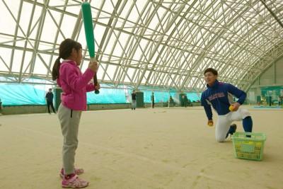 野球、スポンジボールとプラスチックバットを使って安全に野球を楽しむ。ベースランニングにも挑戦