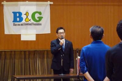 開会式であいさつする岩木B&G海洋センター所長