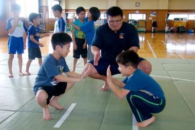 相撲を取る前に、蹲踞(そんきょ)の姿勢で手押し相撲