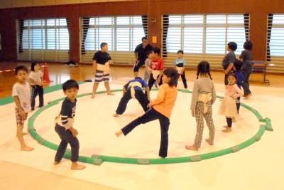 準備体操、相撲基本動作の「四股」(しこ)