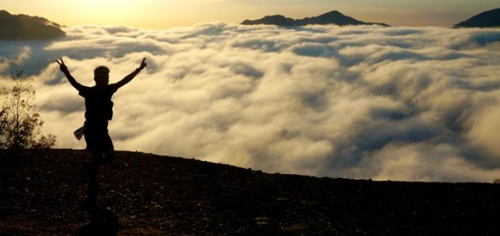 雲海が出現して選手がその前を走る。ツエノ峰パラグライダー場で午前7時30分撮影(熊野市紀和町大栗須地区)
