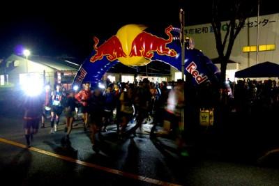 50キロ出走選手が熊野市紀和B&G海洋センターをスタート。午前6時00分撮影(熊野市紀和町板屋地区)