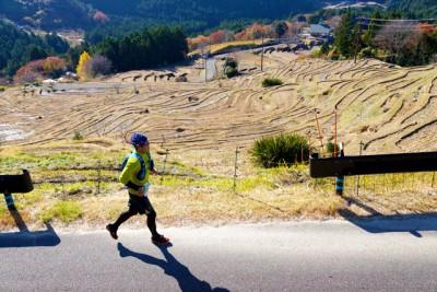 ゴール前5キロ地点の丸山千枚田を眺めながら走る