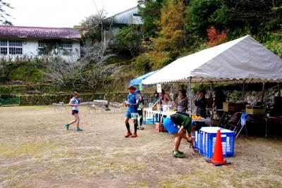 矢ノ川小学校(休校)校庭のエイドステーションで休む選手たち。エイドスタッフの地元のおばちゃんたちと交流も