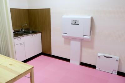 授乳室の内部、真新しいおむつ交換台やフィッティングボード、ミニキッチンなどが設置された