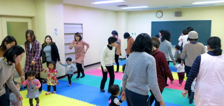 親子リトミック教室。音楽に合わせて歩き回って、音楽が止まったらストップ! 聴いて反応することで、「即時反応力」を育む