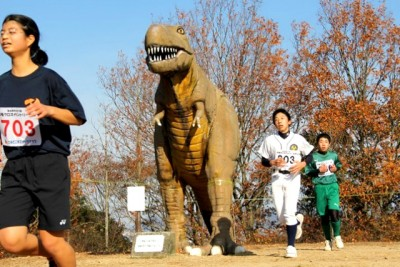 恐竜のそば。コースは階段やアップダウンもあり、景色も変化していくので、県外から参加する方も増えている