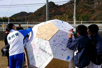 段ボールで作ったサッカーボールに寄せ書き。段ボールで作ったベッドなども作っている方が、当日、持ち込み