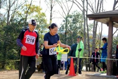 9kmリレー。高校の陸上部、クラブチーム、町職員チーム、聾学校など19チームが参加