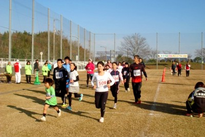 3kmコースには1位を目指す人、親子でマラソンを楽しむ人など85人