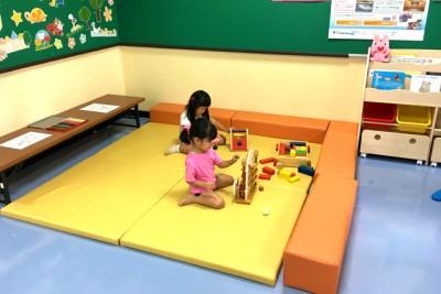 キッズルームで遊ぶ女の子たち