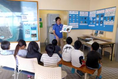 サンゴについてフリップとクイズで学ぶ子供たち