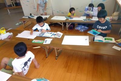 サンゴの絵を描き始める子供たち