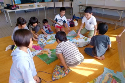 サンゴクイズの後に、サンゴ礁のジグソーパズルを使って、生態系や生活とのつながりを学ぶ子供たち