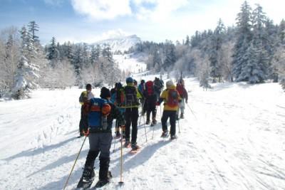 雪山をスノーシューを履いて、みんなで出発