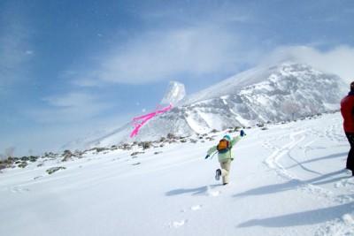 雪山での凧揚げ、風がなく自ら走っています。