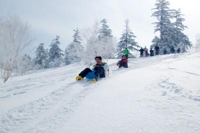 そりや特製マットで、雪山を尻すべり。雪が固くスピードが出ました。