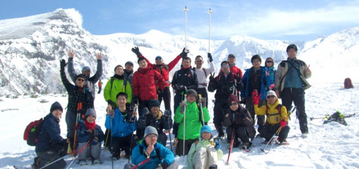 十勝岳連峰をバックに、参加者全員で記念撮影