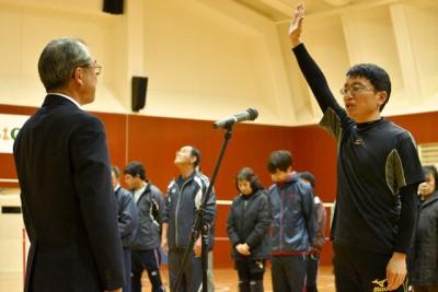 開会式で選手宣誓、左は主催者の湯前町B&G海洋センター所長の中村和弘湯前町教育長