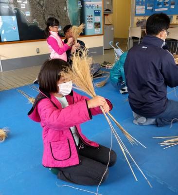 大人より呑み込みが早く、上手に作る子。きれいな紐の編み込みで先生もびっくりした様子