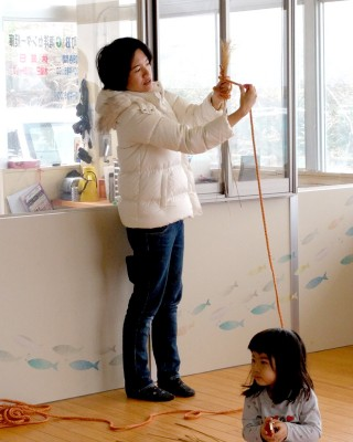 講師の杉本真佐子さん。今年も引き受けていただき、3回目の教室が開催できた。優しく手ほどきして、子供たちも熱心にほうき作りに励んでいた。ほうきだけでなく、ススキの穂を使ったフクロウの作品なども紹介した