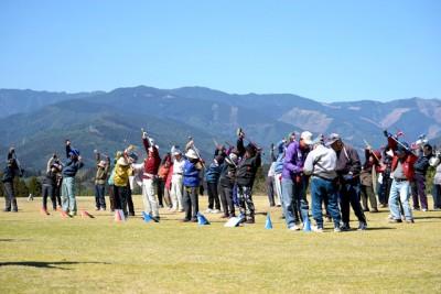 参加者全員で、準備運動としてグラウンドゴルフ体操を行いました