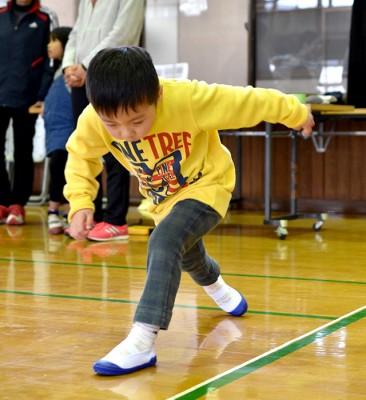 ツーステップを行う男児。下肢や体幹の筋力、バランス、柔軟性などの総合的な体力測定ができる
