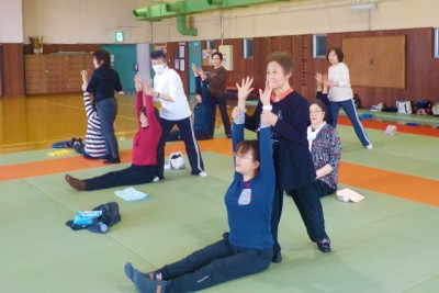 体を伸ばすストレッチ体操を二人一組で行います