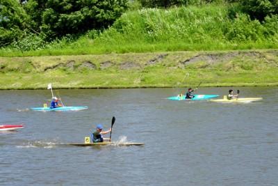 カヌーの振興のためオープンレース開催の様子。毎年参加者が増え盛 り上がりを見せる。B&G艇かスラ艇のみで10代から70代までが出場し 白熱する ※スラ艇とは…激流を下りながら競う「スラローム」の使用艇