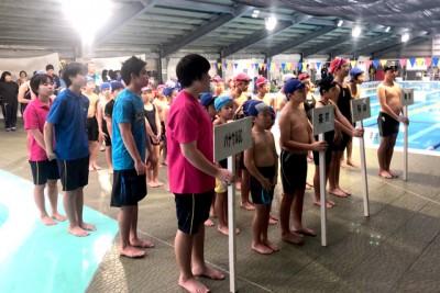 開会式。町内4団体が参加。茶花小校区水泳スポーツ少年団、与論小校区水泳スポーツ少年団、那間小校区水泳スポーツ少年団、パナウルSC(中学生)の皆さんの様子