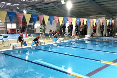 エキシビションは泳げない小学生が25mビート板バタ足競争