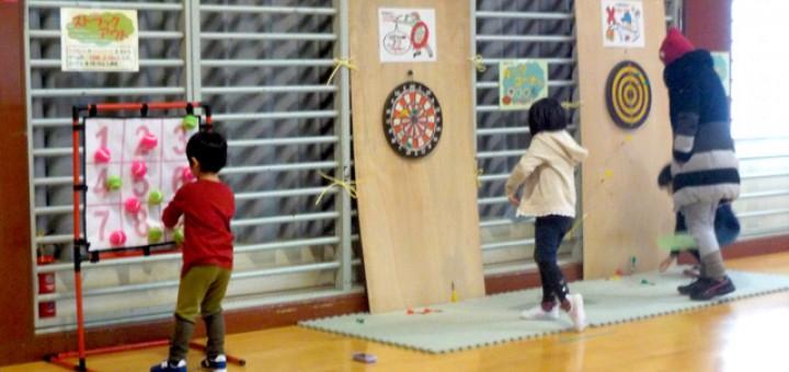 ニュースポーツコーナーでニュースポーツに挑戦する子供たち