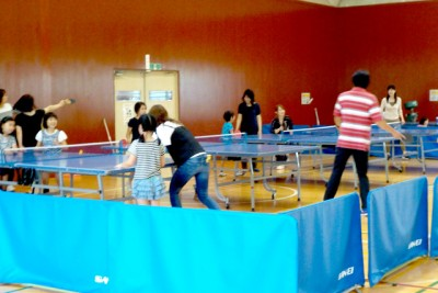 卓球コーナーの子供たち。お母さんに手伝ってもらいながら卓球を楽しむ。