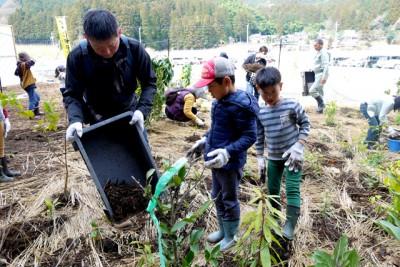 木チップを藁の上に敷きました。祓郷小学校3年生の大河君が参加してくれました。兄弟親子の参加でした。