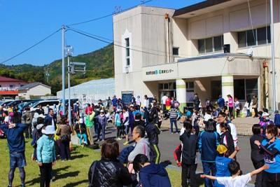 会場となった美波町由岐B&G海洋センター前には、マラソン参加者が続々到着