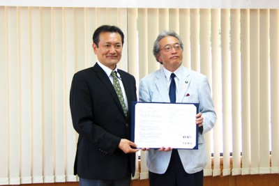 竹田市役所で調印式 左からB&G財団理事長 菅原悟志、竹田市の首藤勝次市長