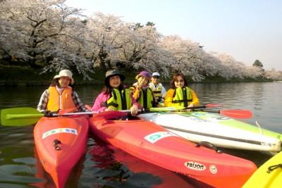 カヌー経験者はシングルカヌーを選びます。シングルでカヌーに乗る楽しそうな参加者の皆さん。