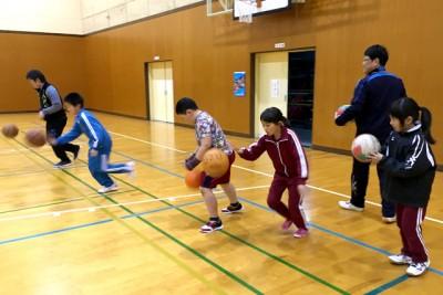 体育館でバスケットボールのドリブル練習の様子