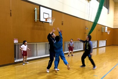 バスケットボールで、大人であるコーチに子供たちが挑戦