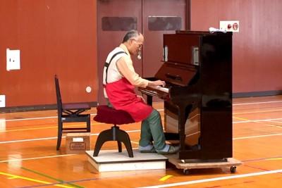 """この日のために""""復活""""したピアノ!焼きそばを焼いてくれた Oさんが、演奏していくださいました。"""