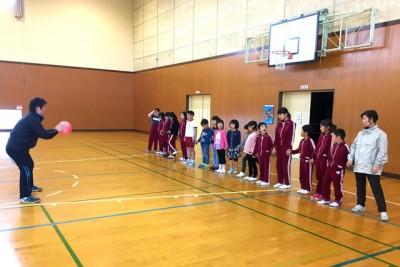 手をつなぎ、ボールを使った「だるまさんがころんだ」に挑戦する子供たち